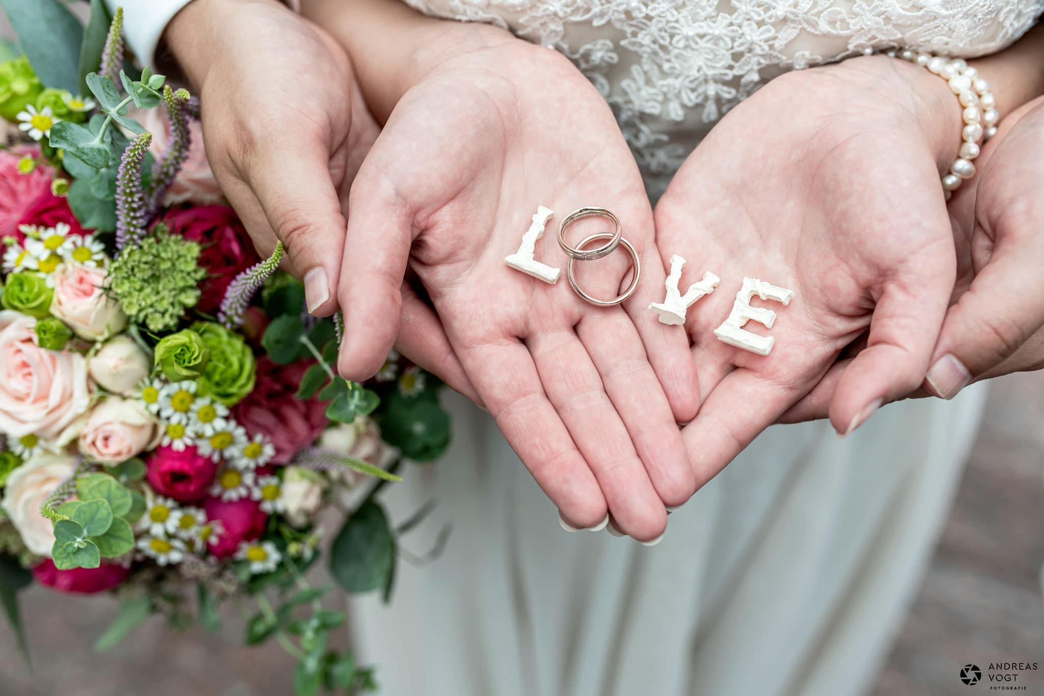 Brautpaar mit Ringe in der Hand - Hochzeitsfotograf Andreas Vogt