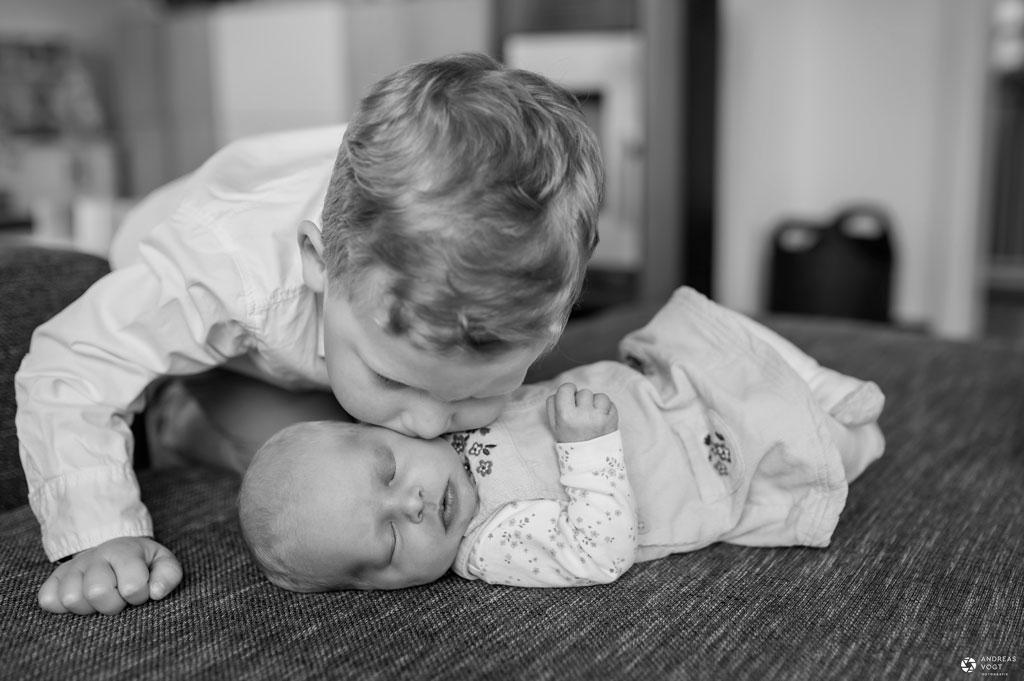 Bruder küsst seine kleine Schwester - Familienfotos Andreas Vogt aus Aalen