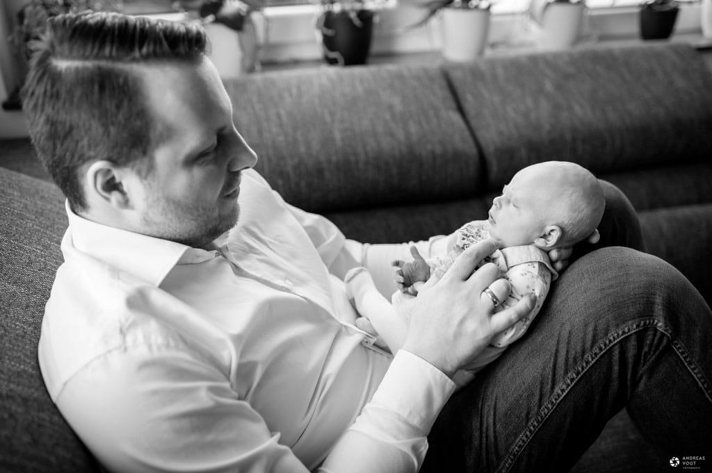 Baby liegt auf Papa - Familienfotos Fotograf Aalen Andreas Vogt
