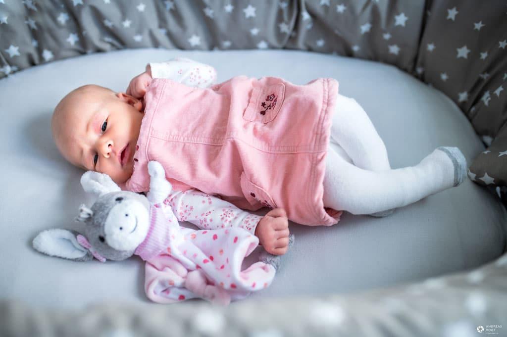 Baby liegt in der Wiege - Familienfotos Andreas Vogt aus Aalen
