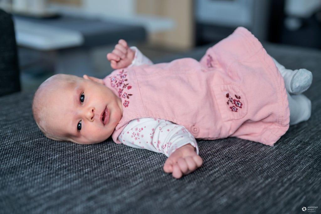 Babyfoto - liegend auf dem Sofa - Familienfotos Andreas Vogt